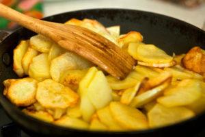 Как правильно жарить картошку на сковороде — простой способ