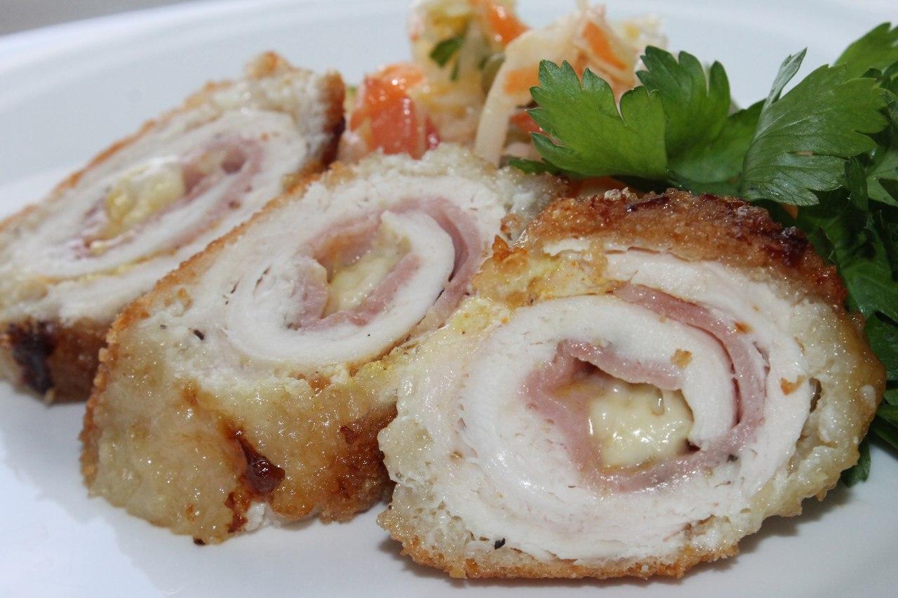 Красочная и яркая закуска - это куриный рулет с сыром.