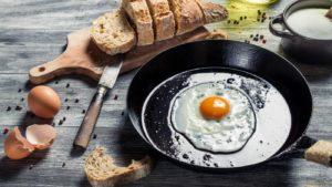 Как правильно жарить яйца на сковороде?
